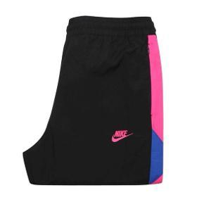 Nike VW Woven pant pink - Black hyper pant Str S, men svarer til str M, da de er store i størrelsen.  Stand: 10/10  Nypris: 650,-