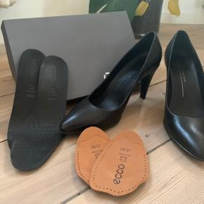 Ecco shape 75 pointy  Det er en super rar hæl, da der i det forreste af fodsålen er gel. Jeg sælger, da størrelsen er forkert til mig, men det er den rareste hæl jeg har haft.   Nye såler til stilethælen medfølger.  + 2 gange indlægssåler til skoen. Så den passer alt fra en 38 til 39