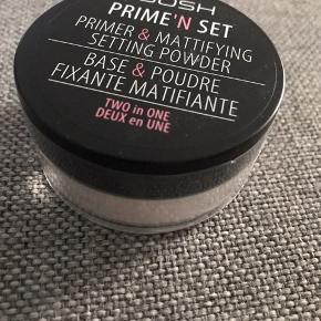 """Prime'n set powder.   Prime'n Set er et """"2 i 1"""" produkt som både kan bruges som Primer og som setting powder. Brug Prime'n Set som primer på en ren fugtmættet hud for at mindske synlige porer og udviske fine linjer, rødme og ujævnheder. Det silkeagtige løse pudder skaber en fejlfri, mat finish. Ideel som primer under alle former for pudder. Mineral- samt løs og fast pudder."""