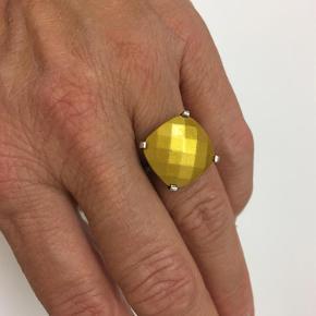 Varetype: Ring Størrelse: 53-54 Farve: se billede Prisen angivet er inklusiv forsendelse.
