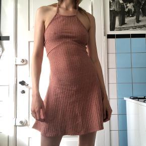 Super fin kjole fra Asos med bindebånd i nakke. Brugt under modeugen og et par gange efter.