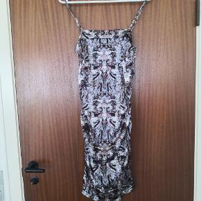 Lang tæt siddende kjole. Lynlås i siden og regulerbar stropper.  ▪️Sender gerne/køber betaler porto ▪️Returnerer ikke ▪️Har lagt i pose med tøj fra dyrehjem