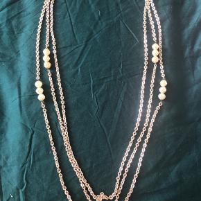 Flot gammel halskæde med 3 forskellige kæder på med perler på nogle steder. Kæden er 83 cm ved det korteste. Har smuk gammel lukning