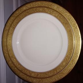 Rosenthal Ivory - frokost- og middagstallerken med dekorationsnummer 2691 110 og jubilæumsstemplet for 1929. Vi har 5 sæt, og prisen er pr. sæt. Ivorymærket blev anvendt i perioden 1925-1941 på porcelæn, der blev solgt til USA.