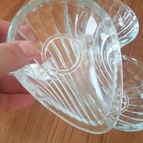 4 søde glasskåle, som fx både kan bruges til smykker og småting, eller til bordservering. Pris 100,- samlet. Kan hentes 4140 Borup eller sendes pp.