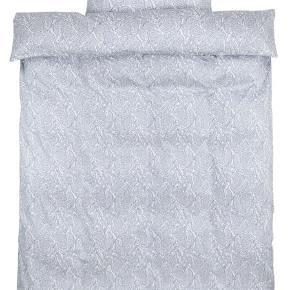 Rigtig lækkert sengetøj fra Jysk. Det er bomuldssatin hvilket gør det rigtig behageligt. Jeg har 2 sæt. Samlet pris er 150kr. inkl fragt hedder det 180☺️