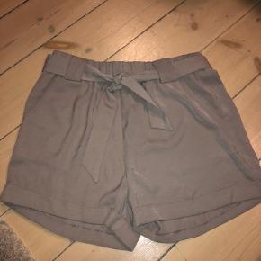 Shorts fra Moves - Aldrig brugt. Lidt små i str. Passer derfor også 38.  Da de kan bindes ind med båndet, kan de også passe en 36, hvis man kan lide det oversize.    KUN TIL AFHENTNING.