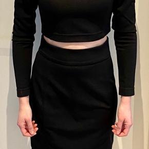 Super flot sæt, bestående af højtaljet nederdel og kort bluse til. Fremstår som ny.   Se desuden mine andre annoncer. Sælger billigt ud!