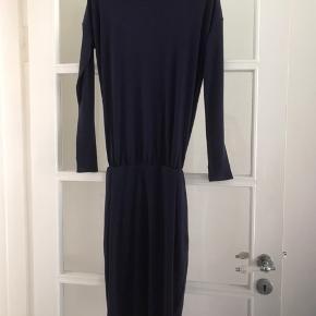 Smuk mørkelilla kjole med bar ryg i str. Xxs sælges(svarer til str. 36 ca). Der er elastik ved taljen. Brugt 1 gang og er så god som ny.