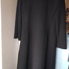 100%uld lang frakke som er figursyet. Købt i mierelle Odense. Frakken er brugt få gange til bryllup og dåb. Den går mig til anklerne, jeg er 168 cm høj:)