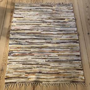 Sælger dette svenske kludetæppe, da vi ikke får det brugt. God stand og uden huller :-)  B 65 L 90