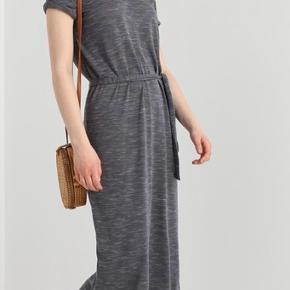 Helt ny kjole fra Selected Femme. Kun prøvet på og stadig til salg i butikkerne. Købt for 260,- byd gerne!