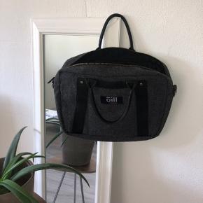 Grå Oill taske, brugt en del, men ser stadig fin ud! Mangler en skulderrem, men man kan sætte en ny på hvis det er nødvendigt. Byd! 😊
