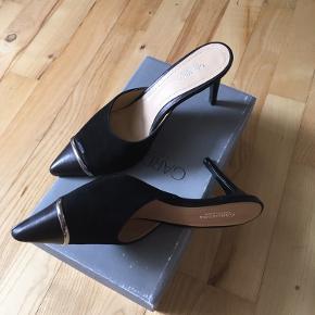 Fine mules fra Gardenia i str. 39. De er aldrig brugt, men har en mindre fejl på snuden på højre sko (se billede). Helt nye, skridsikre gummisåler følger med (de kan klistres på i snuden af skoen, men er ikke påsat nu)