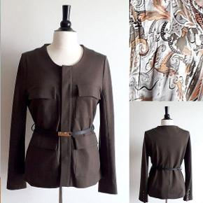 Kudibal Adele Nypris 2.099,00 DKK - Jeg har kvittering Beskrivelse Kudibal safari jakke i olivengrøn. 4 lommer på front, sort læderbælte. skjult knaplukning. Brugt en gang, fremstår som ny. Det eksklusive og feminine brand Dea Kudibal blev startet af designeren Dea Kudibal i 2003. Hendes første kollektion bestod af lækre tørklæder og sjaler og først i 2008 kom hendes første kollektion med Dea Kudibal tøj, som i dag er let genkendeligt.   Tøjet er lavet i feminine prints, legende farver og med flatterende silhuetter og pasform. Udseendet er sofistikeret og luksuiøst og kvaliteten er blevet et varemærke for Dea Kudibal. Holdbarheden og stretch silke er en vigtig del af hver kollektion.  Jeg har orginal kvittering. 70% viscose, 25%polyamid 5% elestan Størrelse M - Længde ca 65 cm - Ærme ca 63 cm - Bryst omkreds ca 96 cm - Talje omkreds ca 86 cm - Hofte omkreds ca 98 cm TJEK MINE ANDRE ANNONCER, HAR MANGE FINE TING.  safari jakke - model Adele Farve: olivengrøn Oprindelig købspris: 2099 kr. Kvittering haves