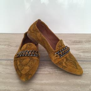 Nypris: 1.200,- Style: Sophie loafer  Materiale: Skind både ind- og udvendigt Pasform: Min fod måler 26 cm og skoen passer perfekt Brugt 1 gang. Er som ny - fejler absolut intet. BYTTER IKKE.