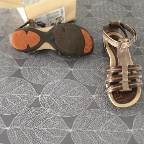 Fine Ecco sandaler som kun er prøvet på  Det ene par er str 37 og de sorte er 38 men svarende til 38