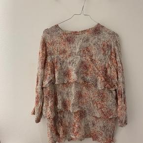 Sælger denne fine skjorte bluse fra Second female. Brugt meget få gange. Ikke strøget på billedet, da jeg ikke er typen der stryger 😅 Men så flot!