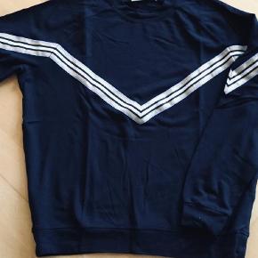 Varetype: Sweatshirt Farve: Sort  Brystvidde 106 cm, sort med bånd i v- form. 80% Viscose ,17% polyamid, 3% elastan. Mindstepris 90kr