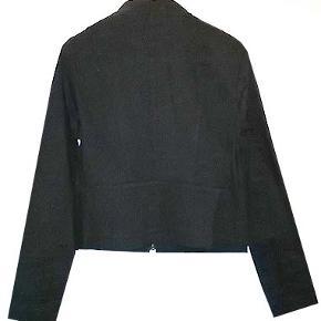 Smart ny sort jakke/cardign fra H&M i str 16 (42) brystvidde 48 cm. jakken er i 97% bomuld og 3% elestan. Jakken er helt sort og ny.