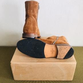Paul Smith chelsea boots sælges.  Kun brugt få gange i kort tid ad gangen, så fremstår næsten som nye.   Støvlerne er i ruskind og sålerne er i læder og i øvrigt randsyet.   Størrelse: UK = 10 UE = 44