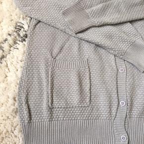 Din grå cardigan fra Milla  Aldrig brugt, vasket en enkelt gang  Tjek gerne mine mange andre annoncer ud, sælger super billigt ud skal af med alt!