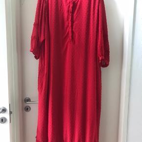 Rød maxi kjole i chiffon men fast underkjole  , kun brugt 1 gang , så den er som ny .  Ny pris 1000 kr