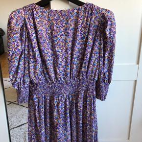 Sælger denne zara kjole, som aldrig er blevet brugt.