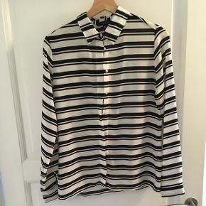 Skjorte fra ATMOSPHERE. Købt i Primark i London. Brugt men i meget pæn stand. 100% polyester.