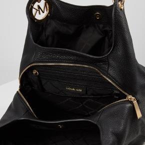 Sælger min Michael kors taske i sortlæder købt i 2017. Det en gammel model af den på billedet. Det en rigtig fin taske med masser plads. Skriv privat for flere billeder af min egen 😊  Sælges billigt da den aldrig bliver brugt!