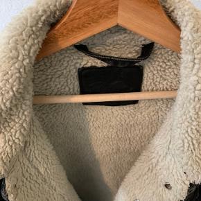 Vild dejlig og varm Levi's deminjakke fyldt med for til den kolde vinter. Står super flot og kun brugt 1 sæson.  300 kr ellers giv mig dit bedste bud :)