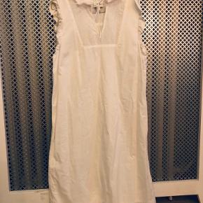 🤍Så fin kjole med blonder🤍  Aldrig brugt, men prismærket er taget af.  Kan bruges en sommerdag, men kan også bruges med en strik over, hvor man kan se den fine krave☺️🤍  🛍Husk at tjekke mine andre annoncer for mængderabat🌸🛒