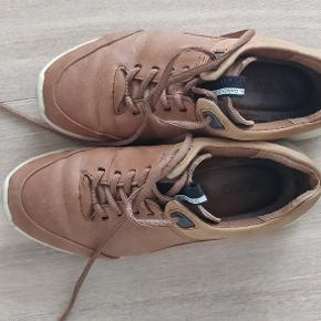 Kun brugt få gange, sælges da de ikke helt passer, desværre. Skoene er super god kvalitet.  Kan sendes efter ønske på købers regning eller afhentes i Hasle, Aarhus V.