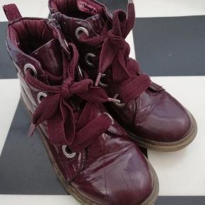 Lak støvler med lynlås i siden.