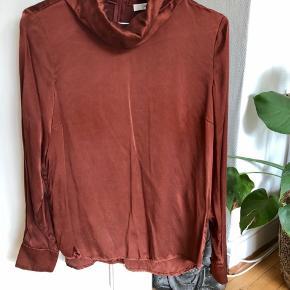 Silke skjorte med høj hals, brugt en enkelt gang.