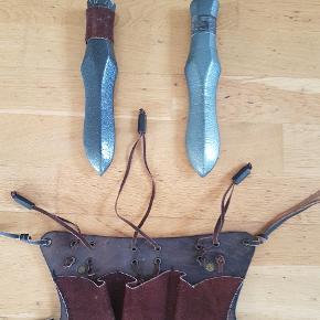 Fede rollespils våben brug få gange fremstår i meget flot stand  1 knivbælte.med 2 knive  Fast    pris 160 kr   1 øske mål 80 cm  fast pris   300 kr   1 daggert  lang kniv 40 cm  fast pris 140 kr   se mine andre annoncer