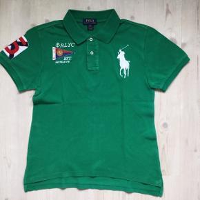 Grøn klassisk polo, købt på Zalando. Kun brugt få gange. Str er L (14-16 år) højde 152-158 Længde 60 cm Overvidde 46 cm Bytter ikke