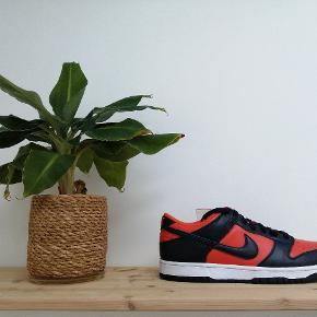 Nike Dunk 'Champ Colors' En sinddsygt sprød colorway! 📈 Personligt elsker jeg den orange/røde farve som er her på skoene 🥵🤩  Alle par er 100% ubrugte Boks og extra laces medfølger til alle par ✅ Størrelser: 39 (2 par haves)  44 - SOLGT  1.899,- pr par!
