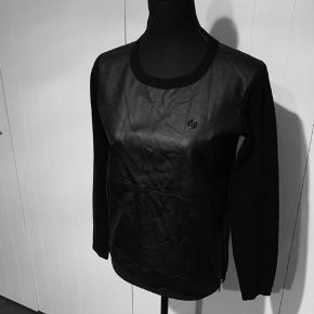 Bluse fra Armani jeans str 40 I uld og polyester   Med logo foran og lynlås i siden  Nypris 1200kr  Køber betaler Porto.