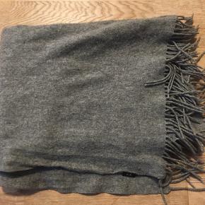 Lækkert varmt haltørklæde i uld fra Modström  Som nyt Handel foregår igennem trendsales