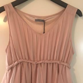 Smuk kjole i str. xs, passer str 36. Nude farve med plisse på forstykket og flot skørt med flere lag. Brystvidde 2x44 cm.