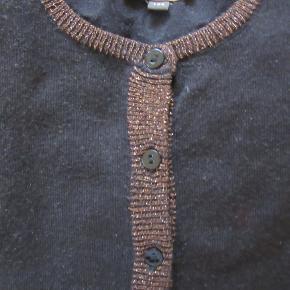 Sort Pompdelux cardigan med glimmer lurex ved kanterne, str. 134. Rigtig fin stand. Sælges for 75 kr. pp, men KUN via Mobilepay.