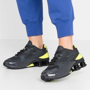 Nike SHOX ENIGMA 9000 Sælger disse sko, da jeg ikke får dem brugt nok De er kun brugt op til 5-10 gange, og ser stadig helt nye ud:) Virkelig behagelige at have på Skriv gerne for flere billeder  BYD gerne:) Køber betaler fragt