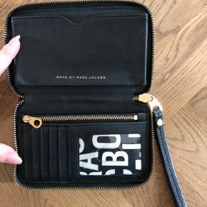 Marc by Marc Jacobs clutch med mobil-lomme. Passer til IPhone X og mindre IPhones. Sort blankt læder.  Str.: 17 bred, 11 cm høj, 2,5 dyb.