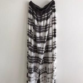 Skønne sommer/beach/pool nederdele i blødt bomuld med batik mønster. Elastik i taljen og slå-om effekt foran. Har str. xs og s. Er ret onesize. Så passer typisk xs-m. 175 kr/stk nypris 600.-