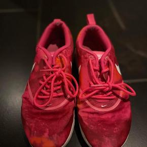 Ved hælen indeni skoen er der et lille hul