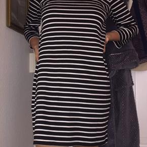 Super fin kjole fra Vila med de flotteste striber. Det er en størrelse Large, men ses på en small/medium - så den passer de fleste størrelser:) BYD