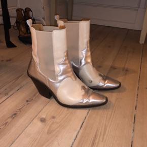 Sælger mine smukke støvler fra & other stories, da jeg ikke bruger dem længere. Fejler intet udover der er kommet et mærke på den ene af dem (se billede), jeg er sikker på det er noget man kan pudse af tho! Men prisen er sat efter det.  Np: 1150 mp 600