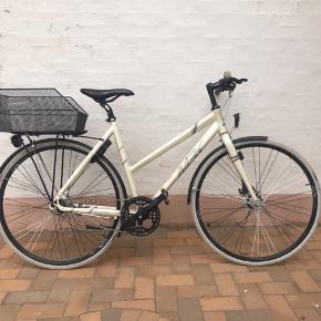 Super lækker cykeltilsalg!, 7 gear, årg. 2014.  Jeg sælger denne super lækre cykel da jeg ikke selv får den brugt. Cyklen er i god stand, men har lidt slid (kan ses på sidste billede).  Modellen er MBK Concept Dame med 7 gear. Farven på cyklen er Mat Pearl White. Cyklen har en kurv, lås, bag- og forlygte som følger med i prisen!  Cyklen er købt sidst i 2014 Er villig til at forhandle☺️  Den kan afhentes i Sønderborg 6400. Eller vi kan finde ud af noget andet!☺️
