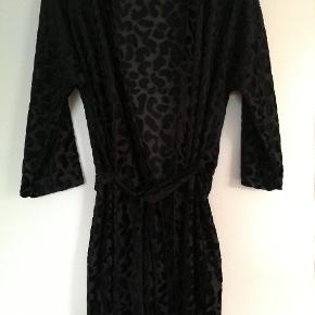 Kimono sort med velour-agtigt 'mønster'. Bindebånd, der kan tages af og den kan også bruges som slå om kjole.